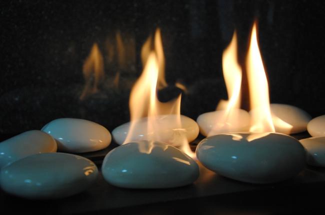Декоративные камни окруженные огнем