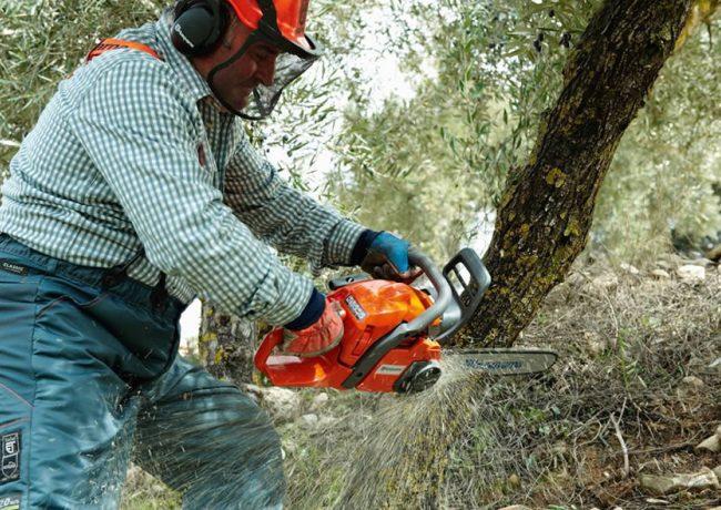 Использование бензопилы для работы с лесом