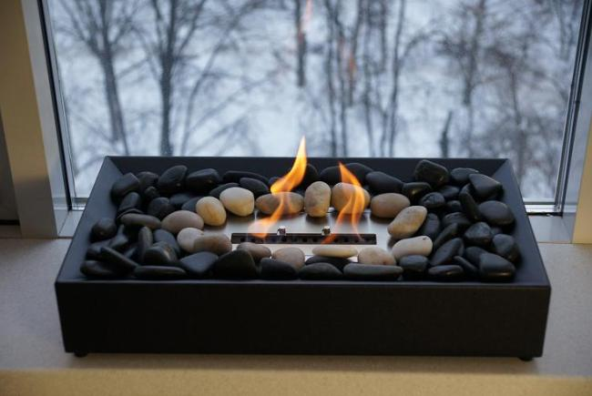 Камин с камнями вокруг горелки