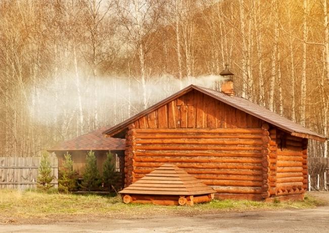 Спокойно топится деревенская баня