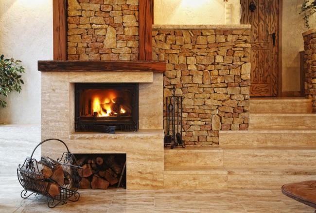 Место для складирования дров непосредственно в камине