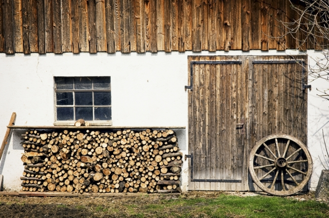 Стопка дров возле стены дома