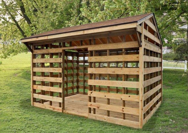 Простое сооружение для хранения дров