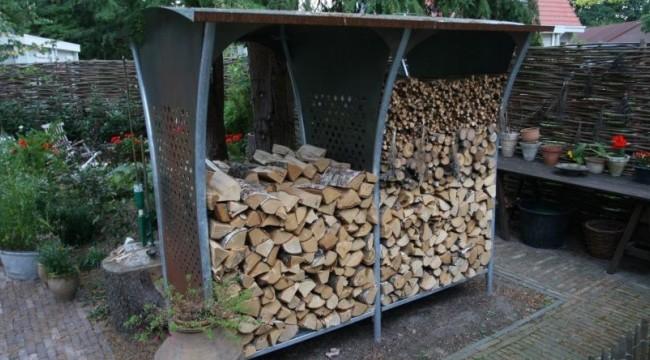 Система хранения дров из металла в саду