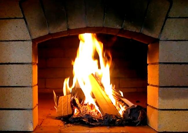 Разгорающийся огонь в каменной печи