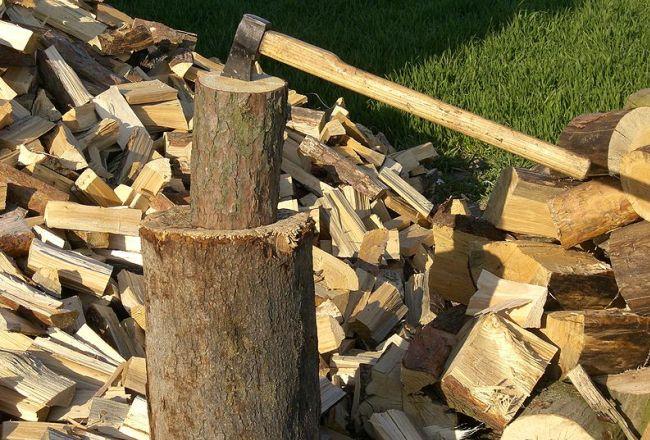 Колка дров при помощи топора