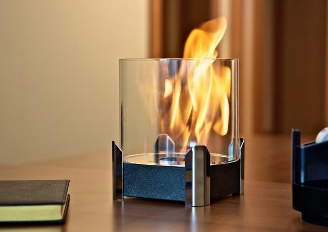 Небольшой биокамин с горящим огнем
