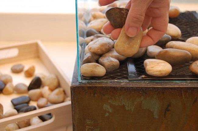 Выкладывание камней внутри биокамина