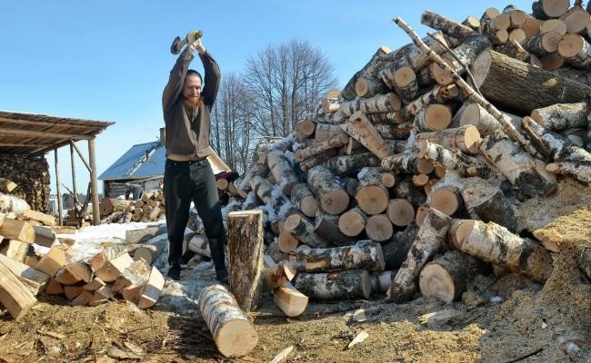 Колка дров на небольшие поленья