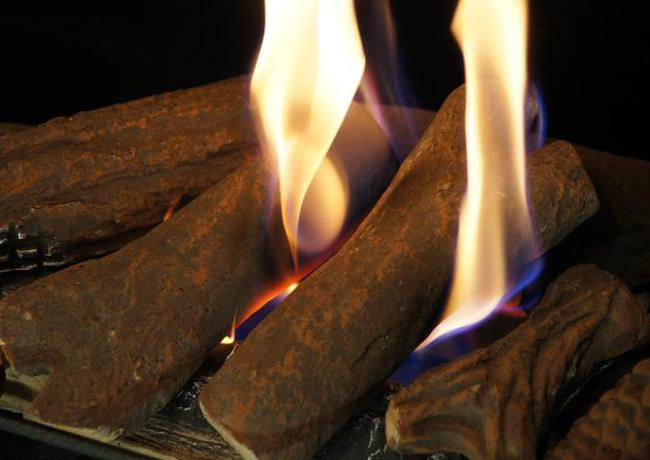 Огонь вокруг керамических дров