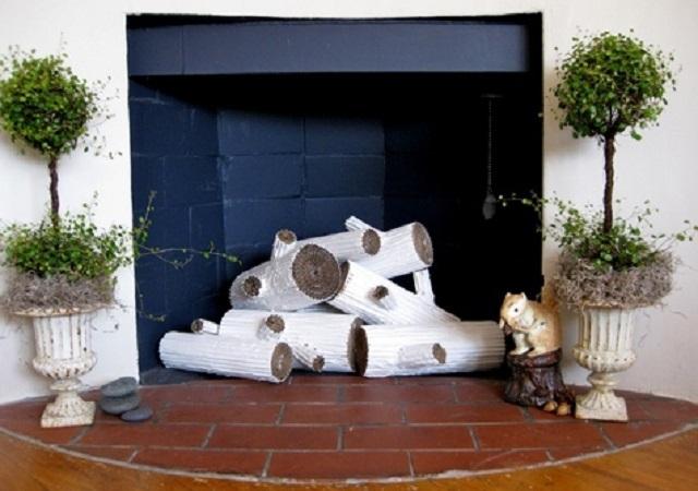 Самодельные дрова внутри камина