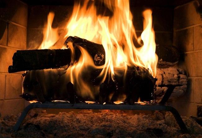 Приятный огонь внутри камина