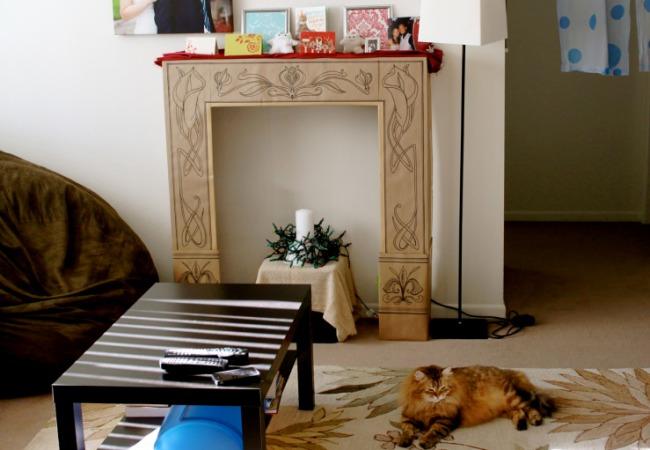 Оригинальный самодельный портал камина в гостиной