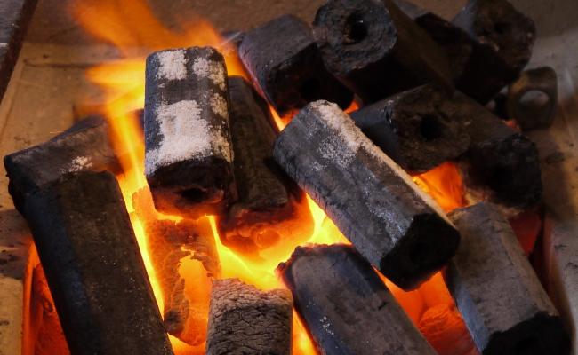Горящие угли от топливных брикетов