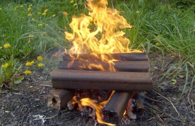 Небольшой костер во дворе из топливных брикетов