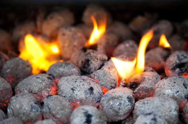 Древесные брикеты топлива в топке печи