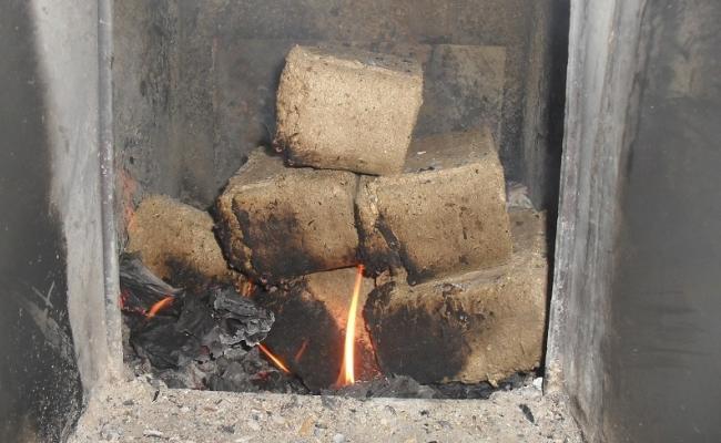 Растопка печи с использованием брикетов топлива