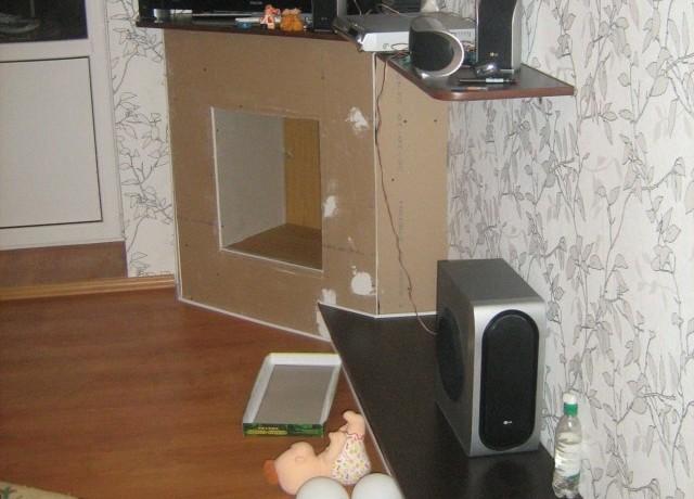 Гипсокартонный камин в углу комнаты