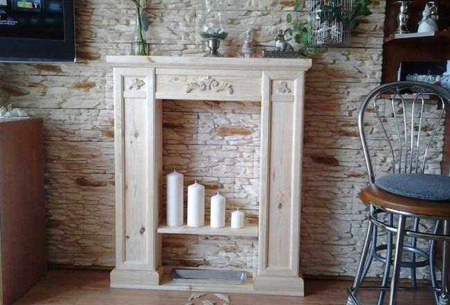 Простой деревянный портал со свечами внутри
