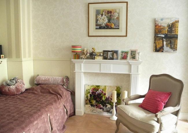 Гармоничный интерьер комнаты с искусственным камином