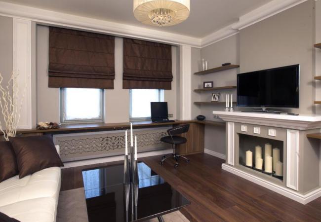 Современная гостиная комната с фальш-камином