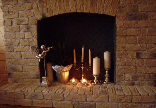 Декорирование топки камина свечами