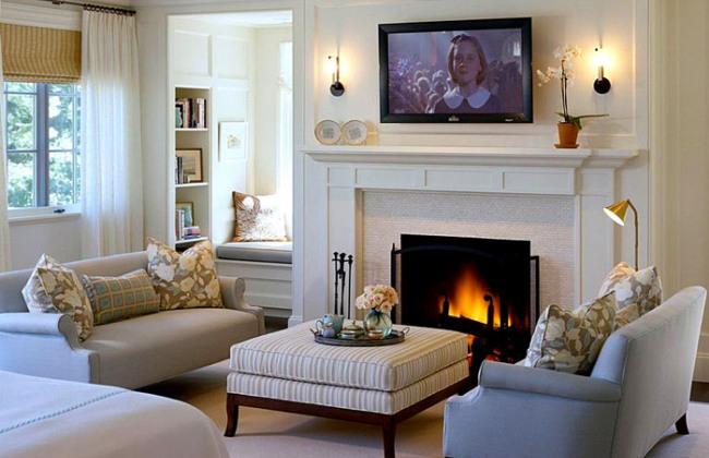 Светлая гостиная комната с камином