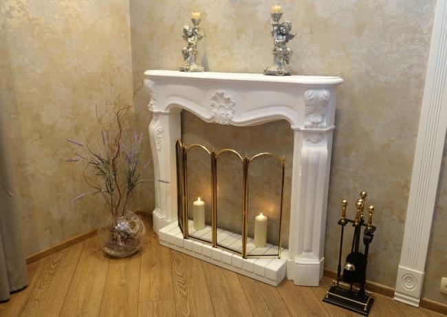 Фальшивый камин небольшого размера со свечами