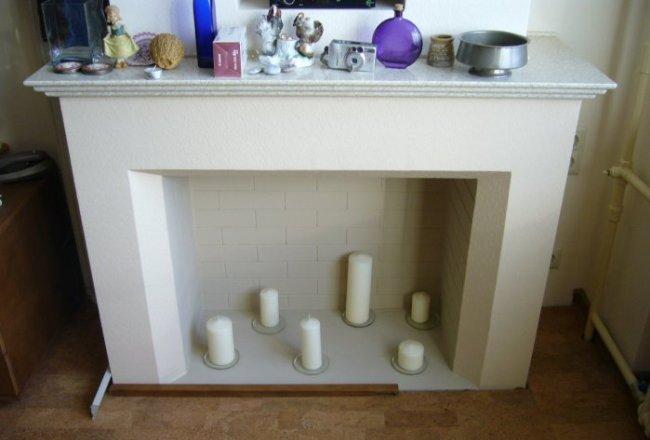 Фальш-камин со свечами внутри