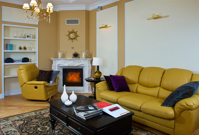 Белый портал из полиуретана отлично вписался в дизайн гостиной
