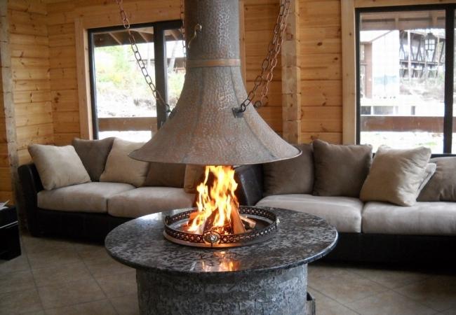 Каминная система с живым огнем в центре комнаты