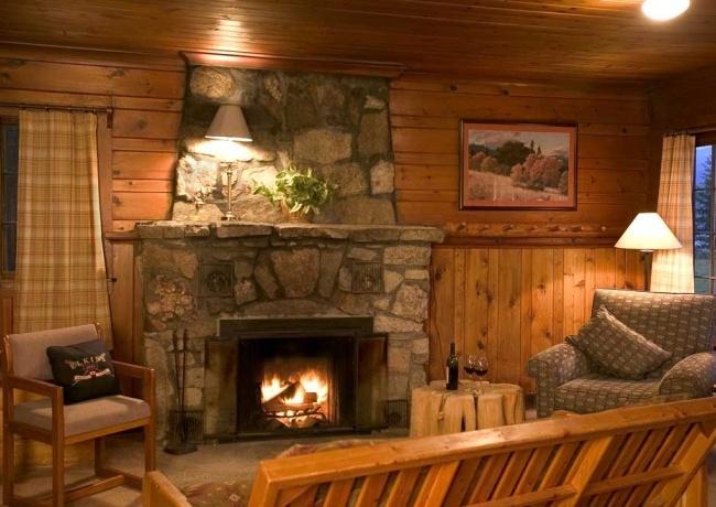 Деревянный интерьер загородного частного дома