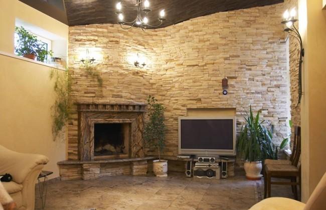 Гармоничный интерьер гостиной с камином