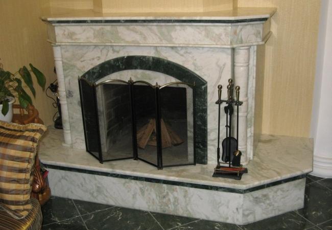 Массивный камин в гостиной