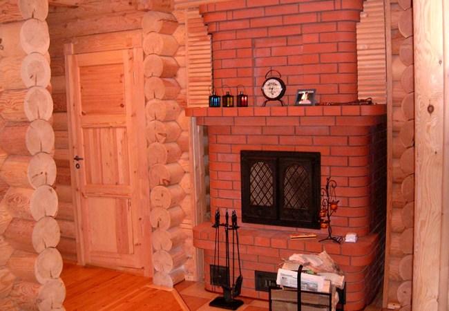 Кирпичное сооружение в деревянном доме