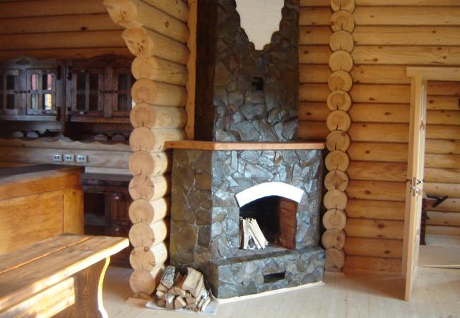 Угловой вариант камина в доме из бруса