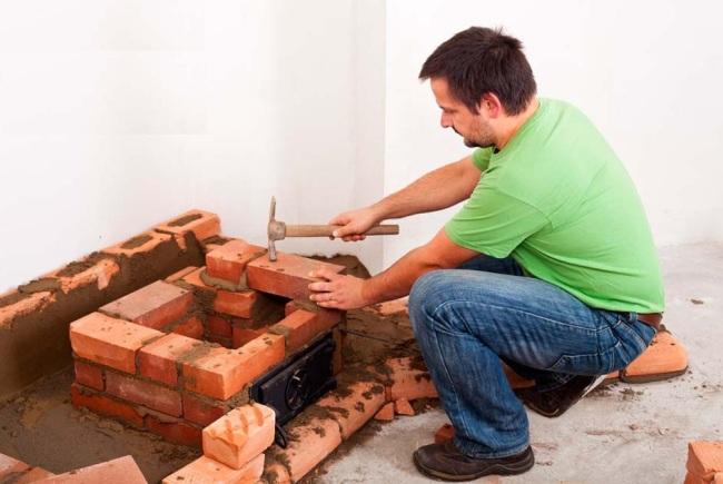 Строительство камина началось