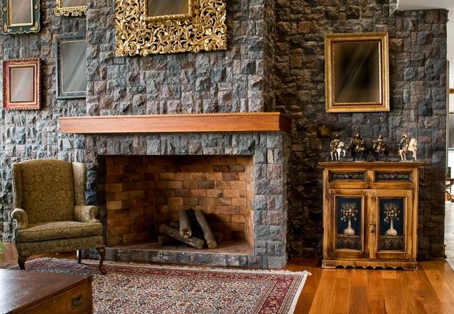 Каменная отделка в интерьере гостиной