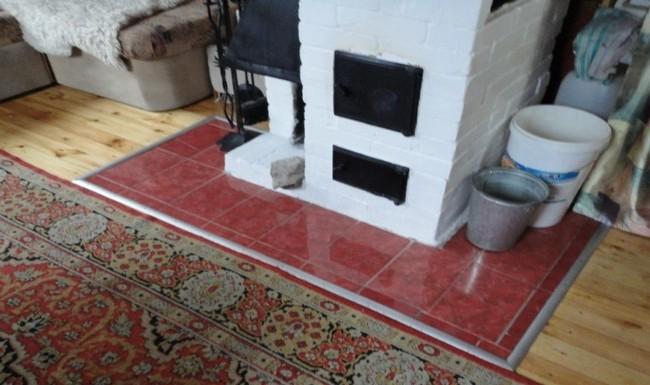 Плитка в гостиной красного цвета