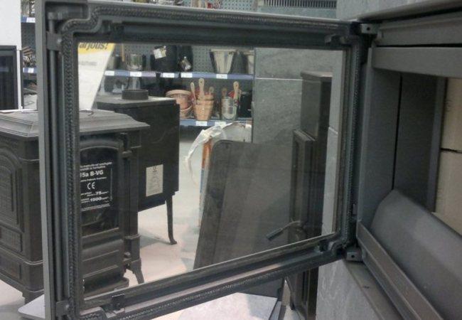 Заводской вариант дверцы камина