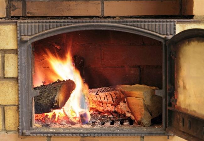Спокойно сгорающие дрова в топке