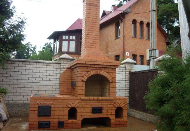 Кирпичное сооружение во дворе