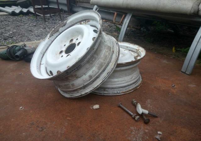 Два белых диска от колес автомобиля